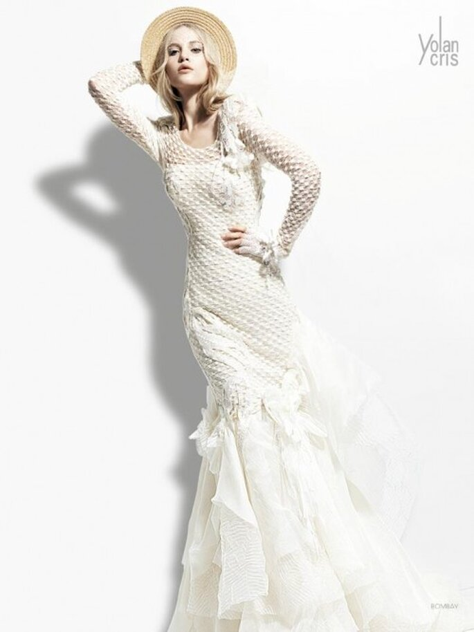 Vestido de novia con volumen en la falda, volados y mangas largas - Foto YolanCris
