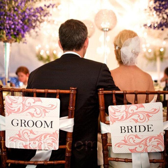 On customise les chaises des mariés - Photo : Style me Pretty