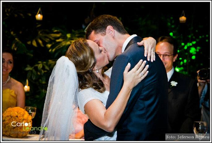 O beijo apaixonado cela a união dos noivos. Foto: Carlos Leandro