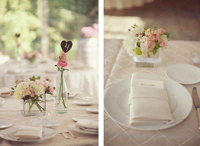 Una vajilla sencilla, floreros pequeños y detalles personalizados para una decoración encantadora en las mesas. Foto: One Love Photo