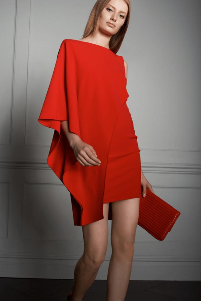 Vestido de fiesta corto en color rojo con mangas asimétricas - Foto Elie Saab