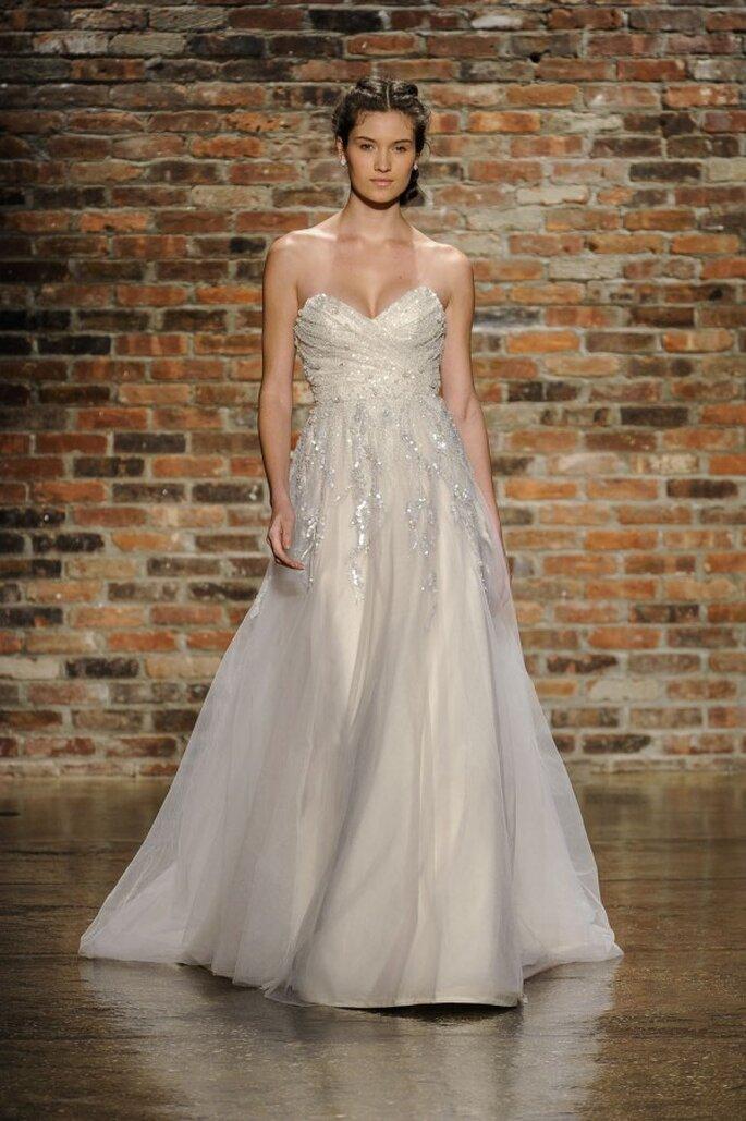 Vestido de novia con escote corazón, falda amplia y detalles de pedrería - Foto Hailey Paige