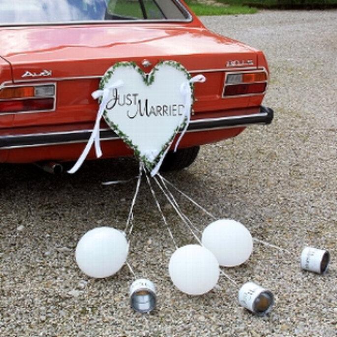 Autoschmuck Herz mit Blechdosen, erhältlich bei weddix.de. Foto: weddix.de