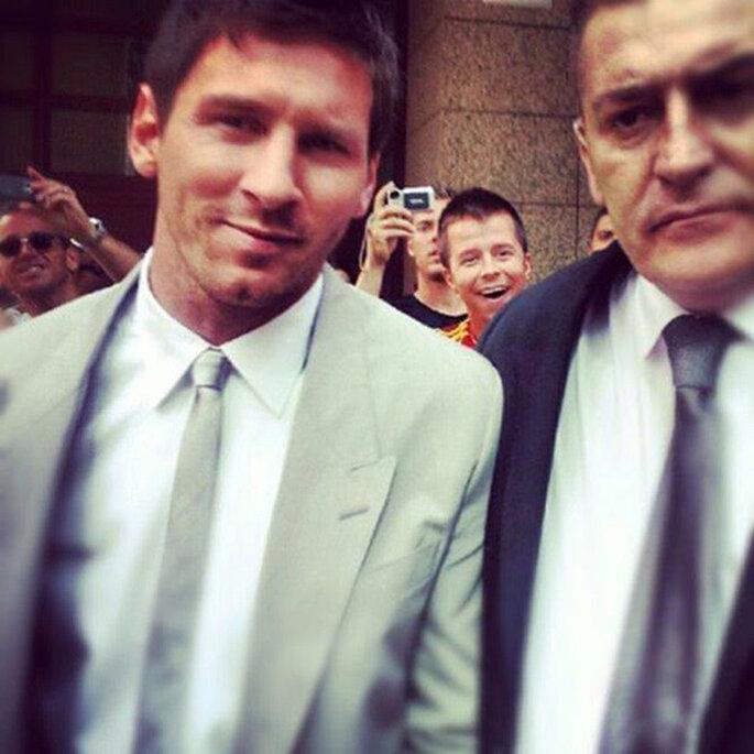Leo Messi, fotografiado por los aficionados que esperaban a las puertas del castillo. Foto: Twitter
