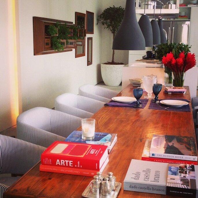 Livros, plantas e velas na cozinha Casa Cor 2013 Arquiteto Dado Castello Branco. Foto - Mariana Ortigão