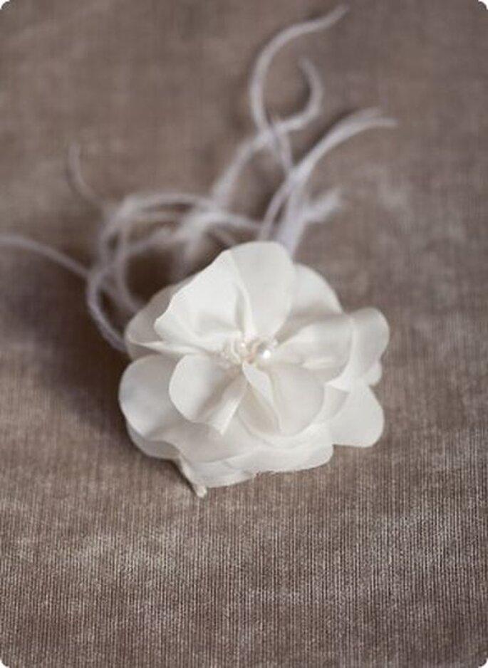 für die romantische Braut - edle Seidenblüte mit funkelnden Kristallsteinen, Perlen und luftigen Federn