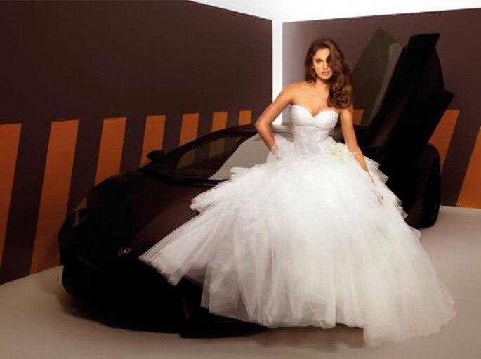 Elegante vestido de novia estilo princesa modelado por Irina Shayk - Foto Alessandro Angelozzi Facebook