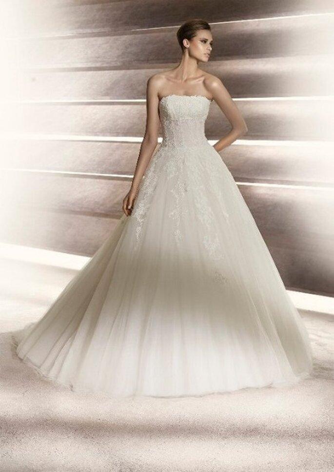Vestido de novia con escote palabra de honor y falda princesa. Colección Glamour Pronovias 2012