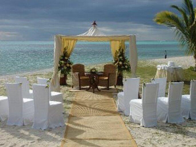 Boda con altar sobre la playa