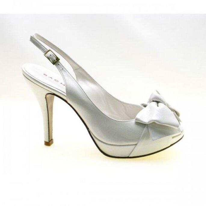 Zapatos de novia estilo peep-toe con un moño - Foto Sacha London