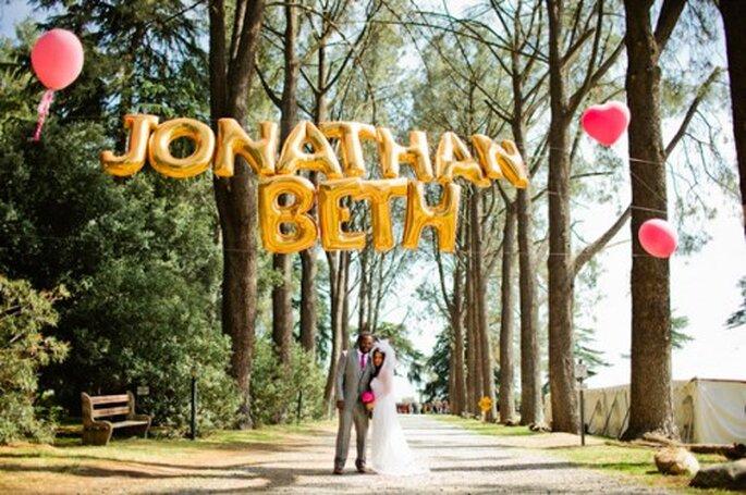 El nombre de los novios hecho con globos metálicos - Foto Jacob Mariano en Grey likes weddings