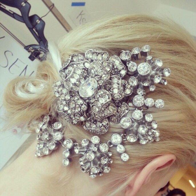 Prendedores ultra glam con incrustaciones de pedrería estilo Gatsby - Foto Oscar de la Renta