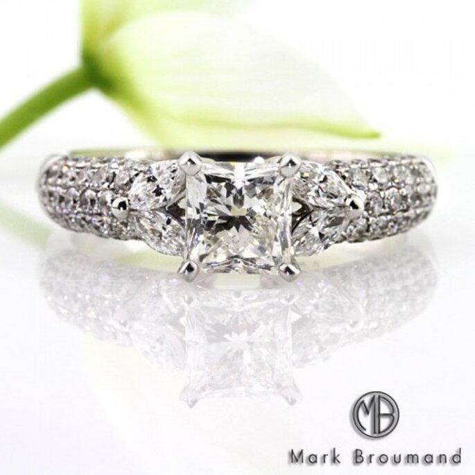 Anillo de compromiso con diseño cuadrado y diamantes alrededor - Foto Mark Broumand