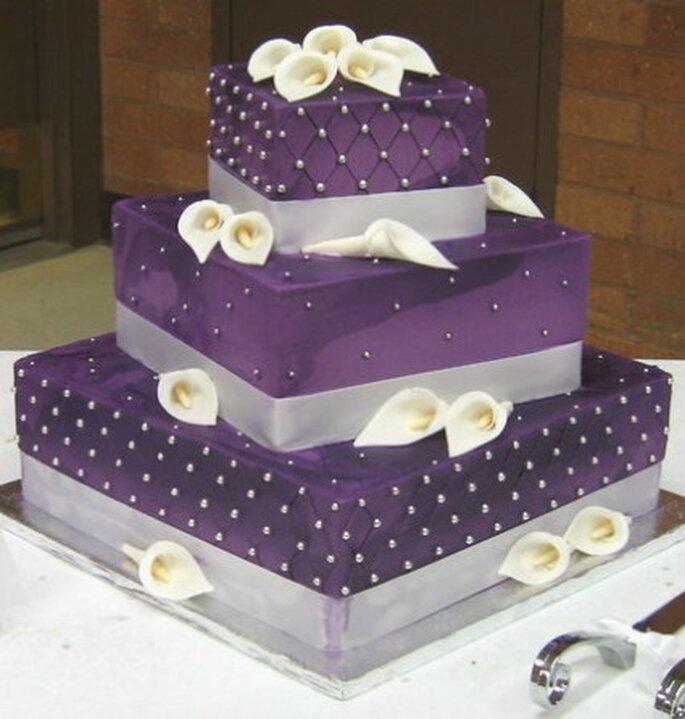 Wedding cake purple con calle bianche. Foto www.londonweddingdresses.com