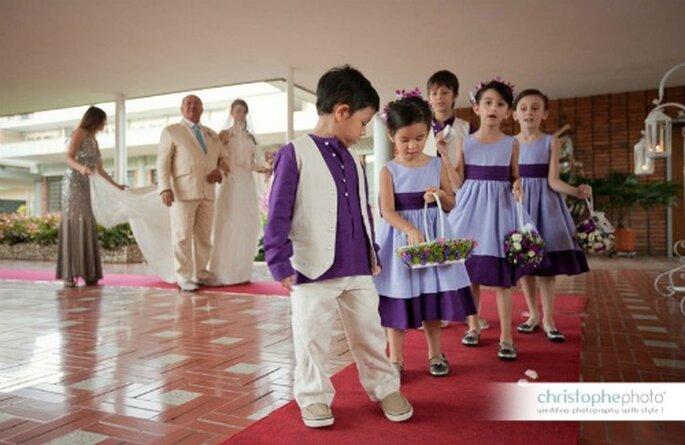 Es el momento de ingresar la novia a la iglesia del brazo de su padre, con la corte de sus pajecitos.   Foto: christopheweddingphoto.com