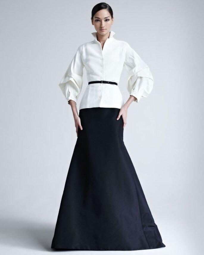 Vestido de fiesta elegante en color negro con chaqueta a juego en color blanco y cinturón - Foto Bergdorf Goodman