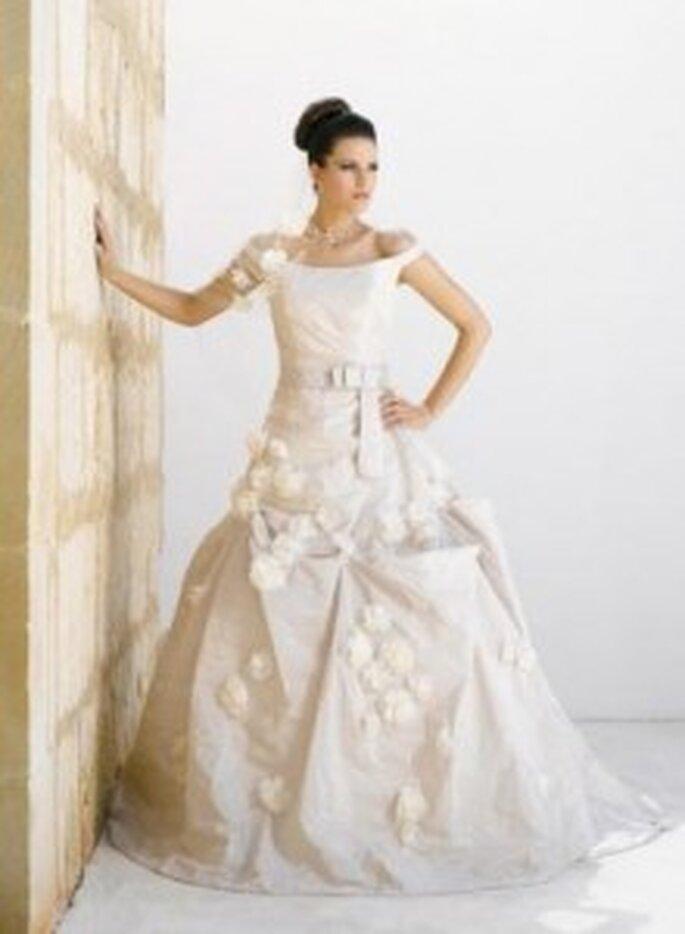 Weise 2010 Couture - Weites Taftkleid in ivory mit U-Boot-Ausschnitt, viele große Blumenapplikationen, mit Gürtel