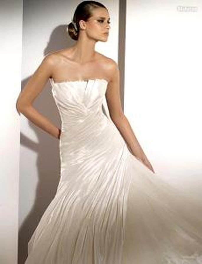 Pronovias 2010 - Molucas, vestido largo en seda y gazas, corte princesa, líneas diagonales, palabra de honor