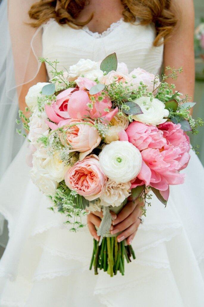 Hermosas peonías en tu ramo de novia - Foto L Hewitt Photography