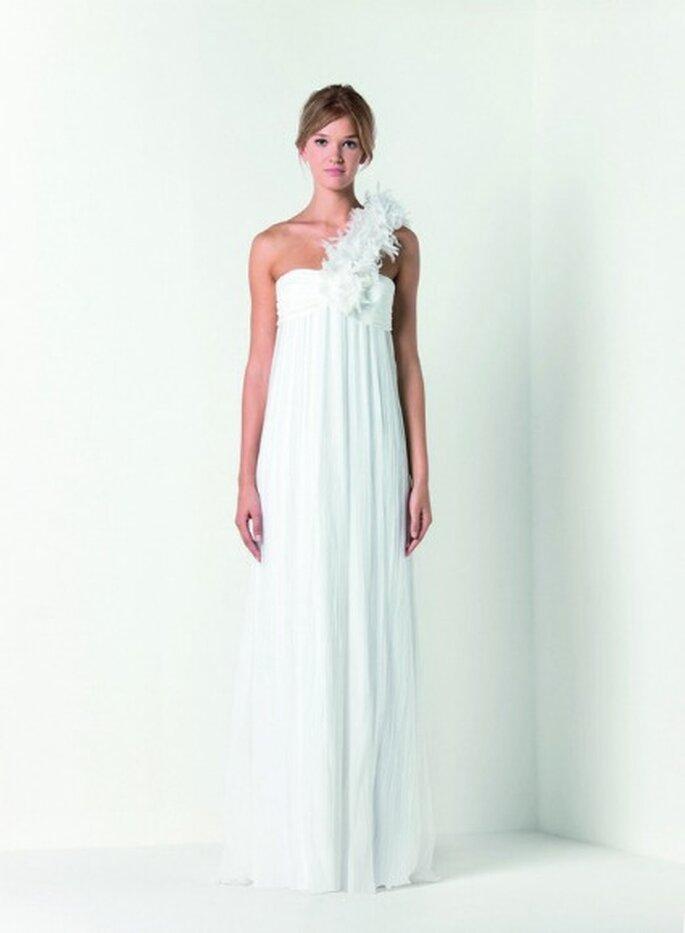 Abito lungo in chiffon crêponne di seta con prezioso tralcio di petali di organza color bianco gelsomino. Max Mara Bridal Collection 2012