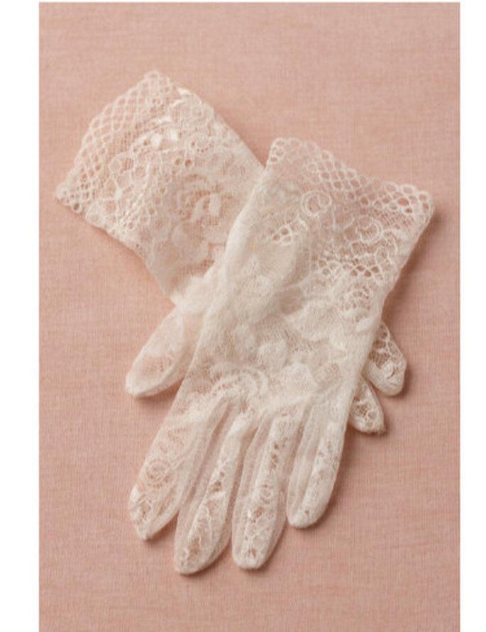 Guantes Heritage elaborados en crochet. Diseñados por Cornelia James, fabricante de guantes de la reina Isabel II. Foto: BHLDN
