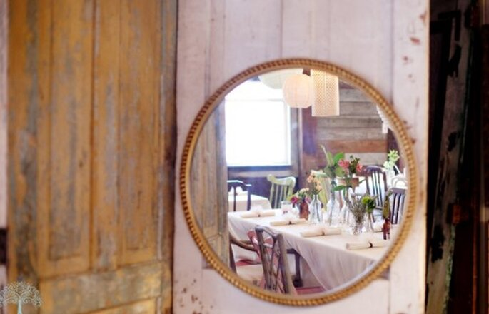 Utiliza espejos para decorar tu boda. Imagen Jen Lynne