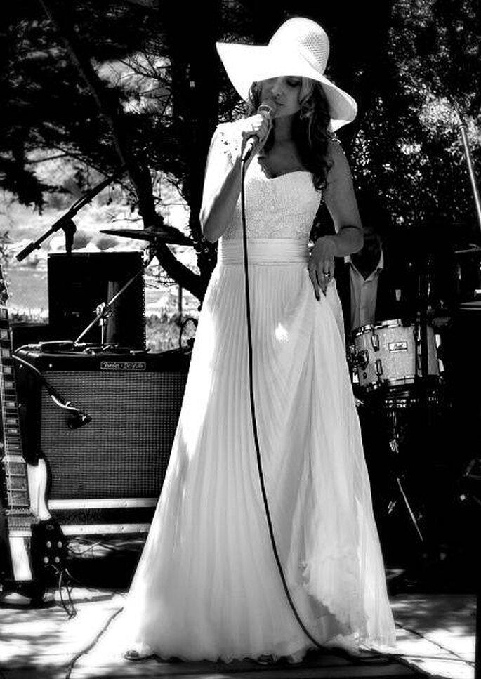 La chanteuse Nicole dans une robe de mariée vintage d'Angeles Tormo