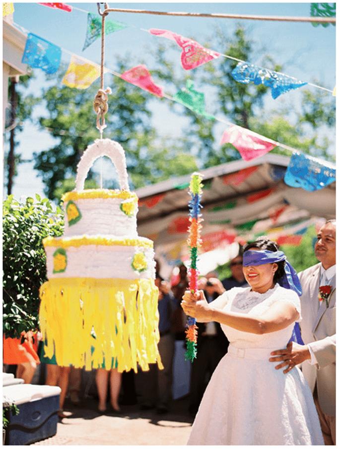 Divierte a tus invitados con una piñata súper original - Foto Matthew Johnson Studios