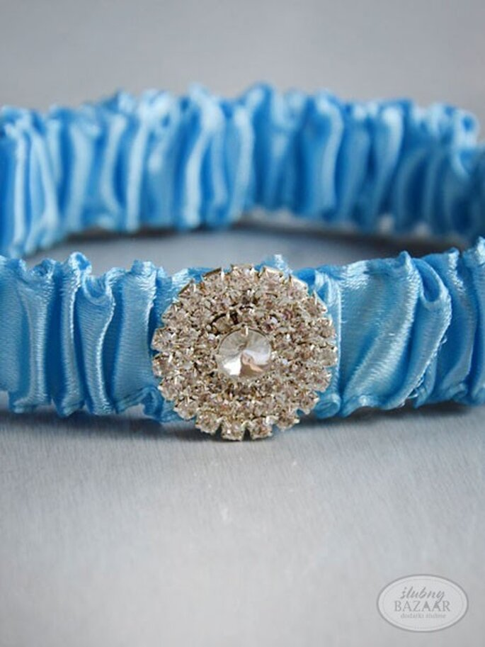 Podwiązka ślubna z błękitnymi elementami. Źródło: Ślubny Bazaar