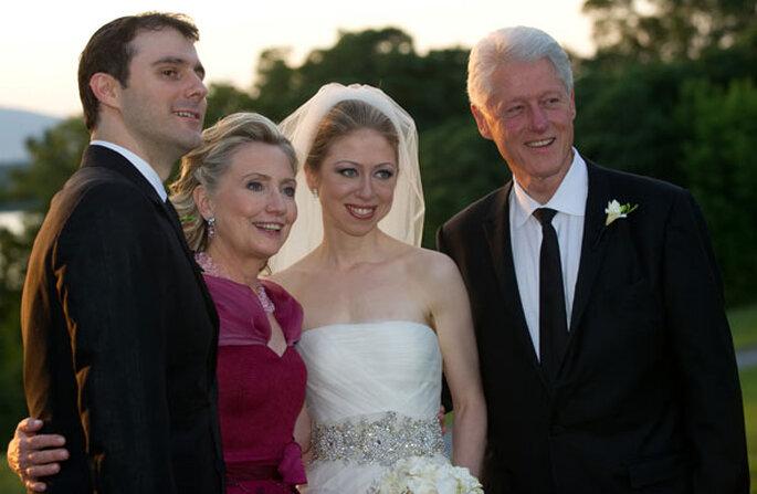A recém-casada Chelsea Clinton com os seus pais e marido - Barbara Kinney via FilmMagic / Getty Images