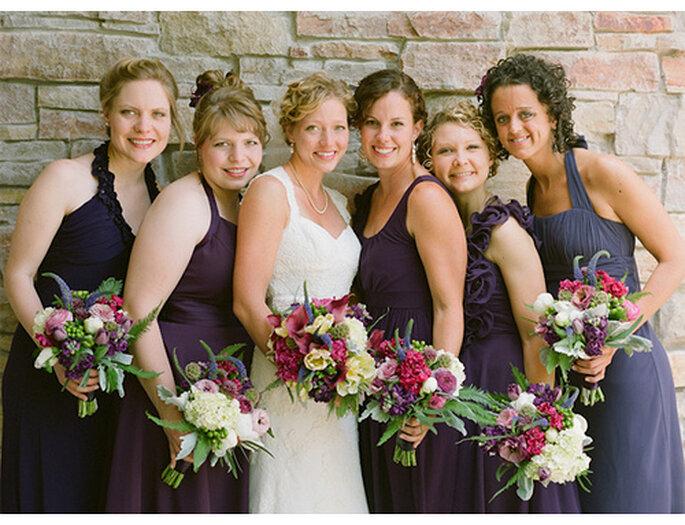 Bouquets de couleur pour la mariée et le cortège. Photo: Amy Majors Photography