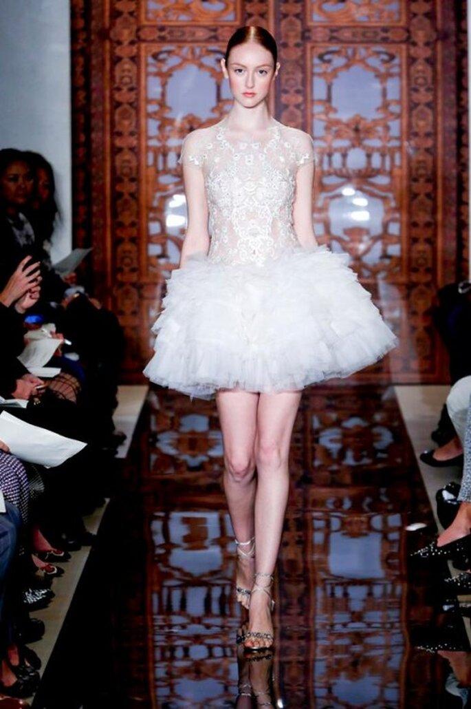 Vestido de novia otoño 2013 corto con falda voluminosa, transparencias y mangas cortas - Foto Reem Acra