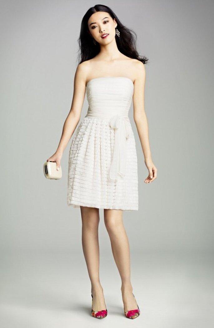 Vestido de novia corto con escote strapless para una boda civil en verano - Foto Nordstrom