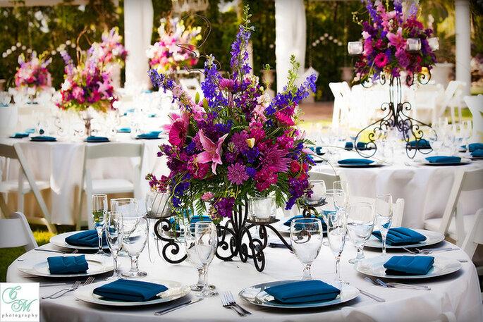 Centro de mesa floral en tonos rosas y violetas. Foto: Villa de Amore