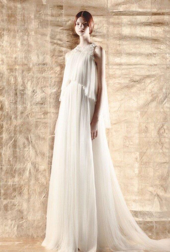 Vestido de novias sin manga con suave caída y cauda larga - Foto Del Pozo