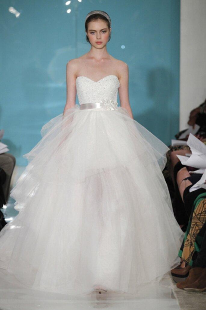 Vestido de novia en capas con cinto de satin - Foto Reem Acra 2013