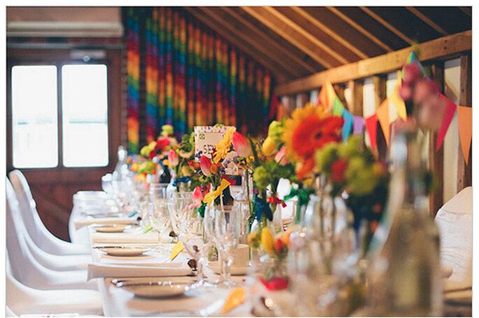 Mesa de buffet decorada con flores naturales y envases reciclados. Foto: We Heart Pictures