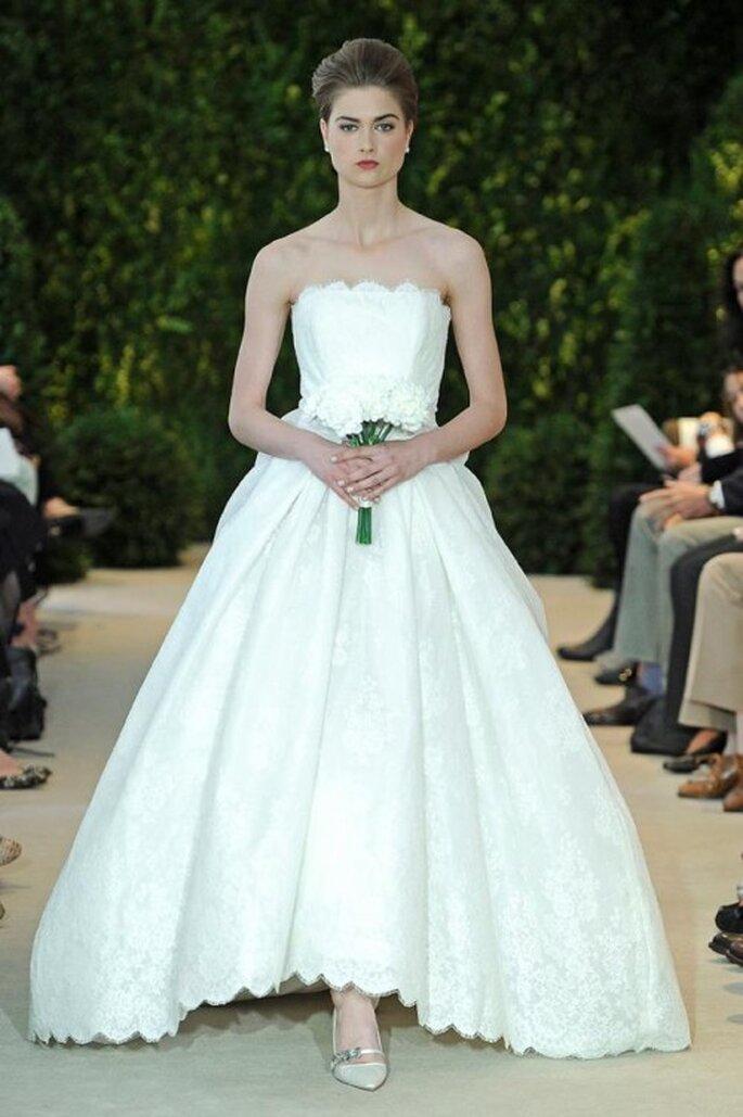 Vestido de novia corte princesa con escote strapless recto y detalles bordados en encaje - Foto carolina Herrera
