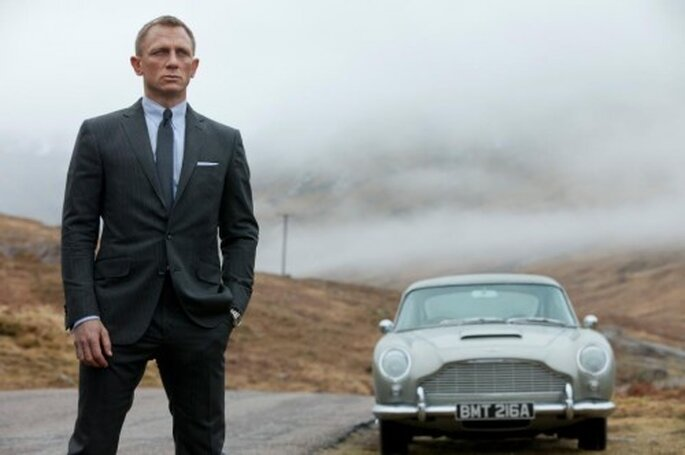 Traje para novio en color gris oscuro inspirado en James Bond - Foto James Bond Facebook