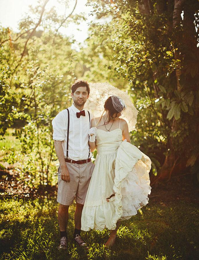 Novio con pantalón corto, tirantas y corbatín en una boda al aire libre. Foto vía Green Wedding Shoes