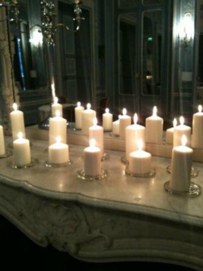 Pour un mariage estival en plein air : on mise sur des bougies, des guirlandes et des lanternes - Photo : Ceremonize