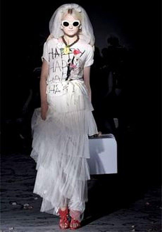 Lanvin 2010 - Una novia joven y rebelde con un vestido que parece una camiseta!
