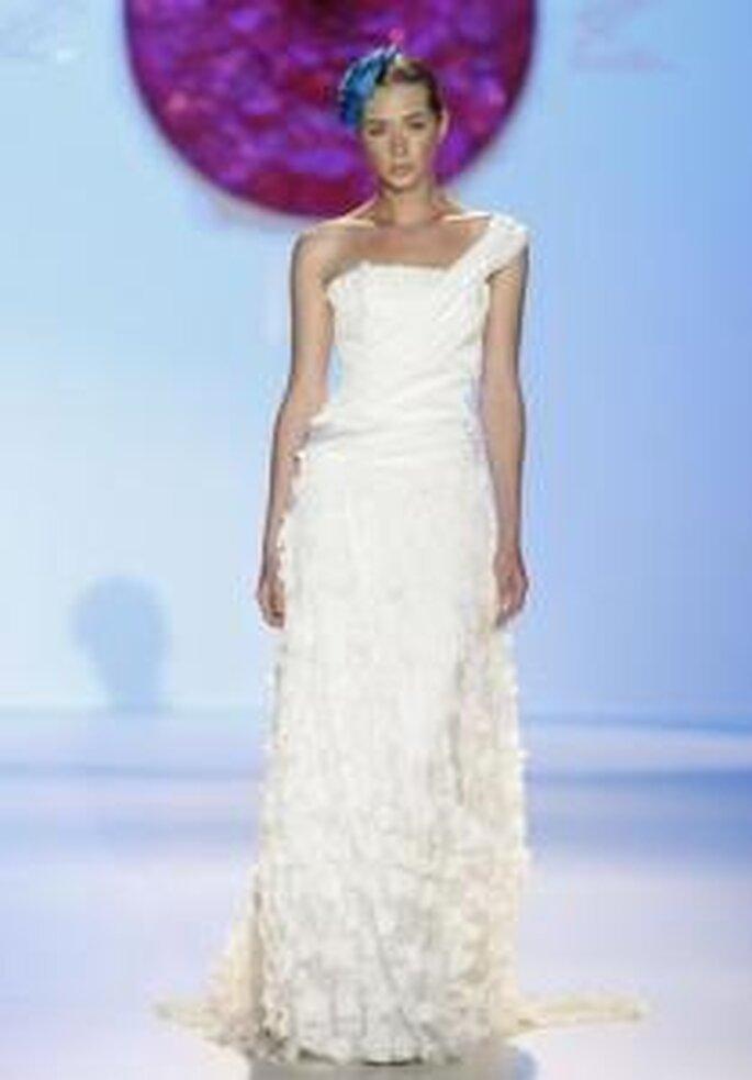 Model Novias 2010 - Vestido largo en seda drapeada y encaje, cuerpo drapeado, escote transversal