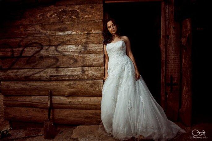 Novia en la entrada de una casa con su vestido ensuciado - Foto: Arturo Ayala