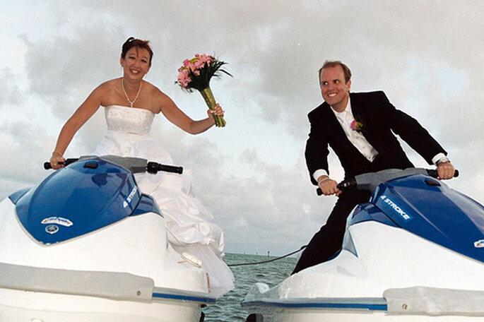 Pour un mariage à la plage, quoi de mieux qu'un jet ski ? - Source : outdoorweddings.com