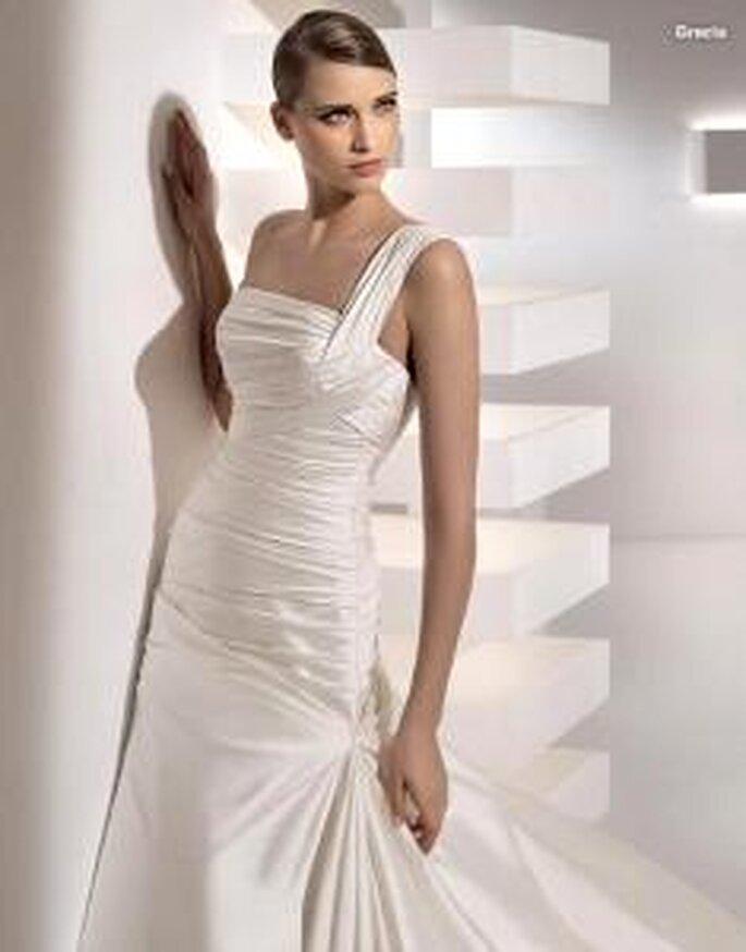 Pronovias 2010 - Grecia, vestido largo de cuerpo drapeado, escote recto transversal