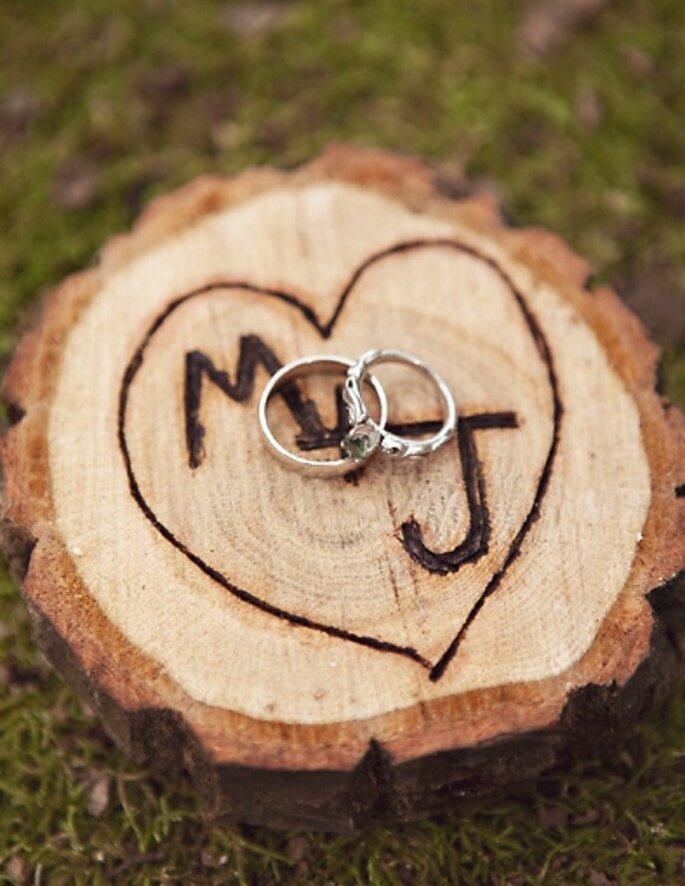 Una idea muy original: tallar o grabar las iniciales en un árbol y tomar una foto con los anillos de los novios para simbolizarla unión. Foto: Sarah Culver