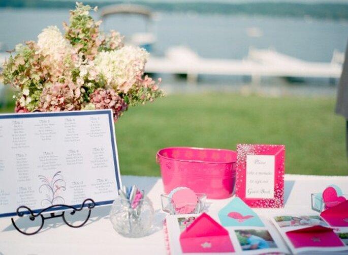 Sobres con mensajes para los novios el día de la boda. Foto Jen Lynne