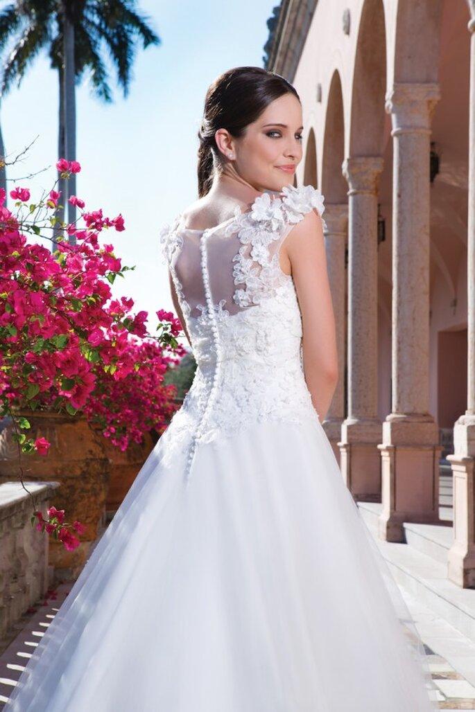 Brautkleid mit verspielten Blumendetails in der Kollektionn 2015 von Sweetheart