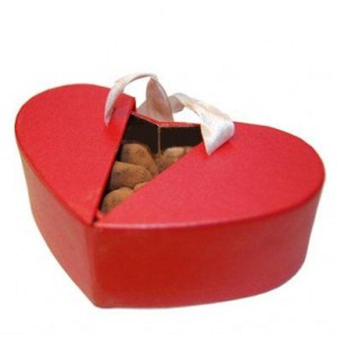 Una caja con forma de corazón llena de bombones